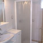 salle d'eau avec douche gîte la Machoto